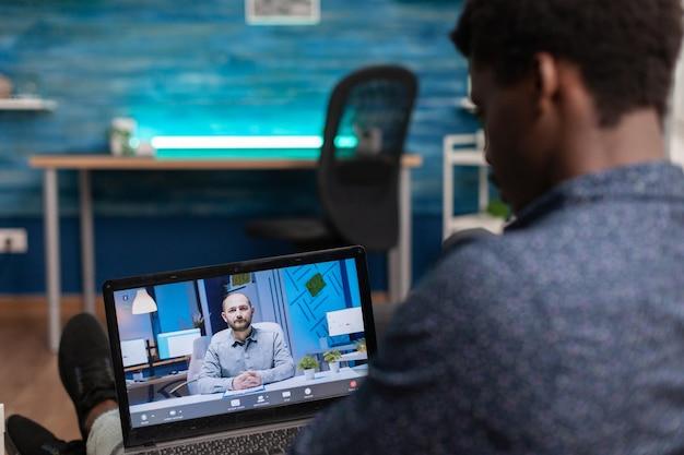Studente che tiene un corso di business online su laptop