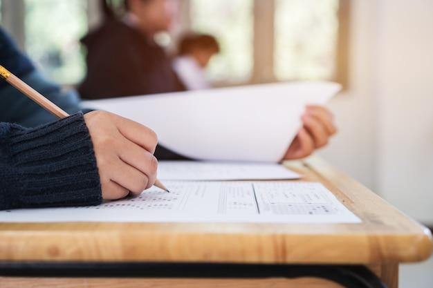 Studente con esami di prova a scuola. concetto di valutazione dell'esame educativo