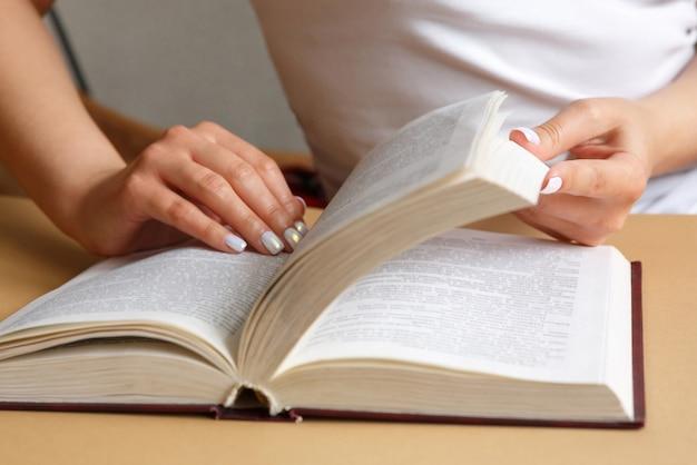 Lo studente sta studiando il libro di testo