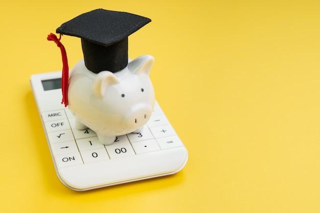 Calcolo del pagamento del prestito studentesco, borsa di studio o risparmio per il concetto di scuola e istruzione