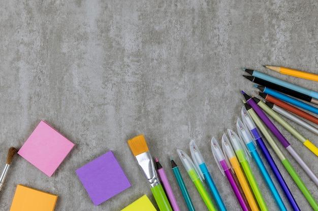 Materiale per studenti sul tavolo luminoso, ritorno a scuola