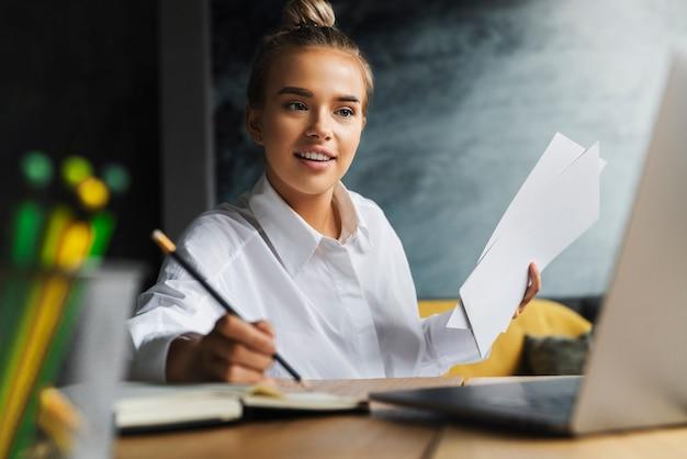 Uno studente prepara il seminario, scrive le note sul taccuino.