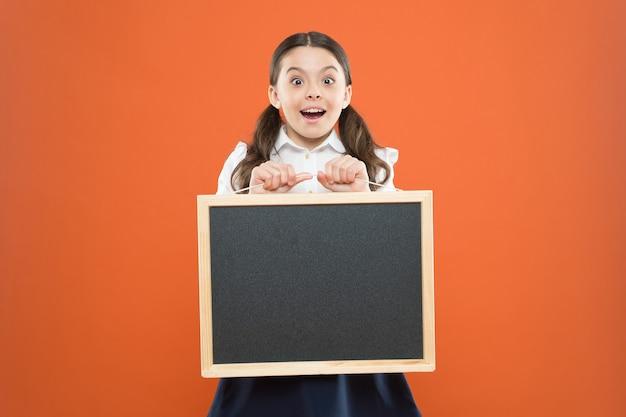 Gli studenti valutano gli insegnanti felici giorno 1 settembre la piccola ragazza dimostra l'annuncio