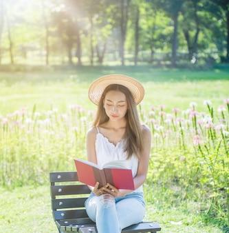 Studente che legge un libro nel parco. pronto per andare all'università.