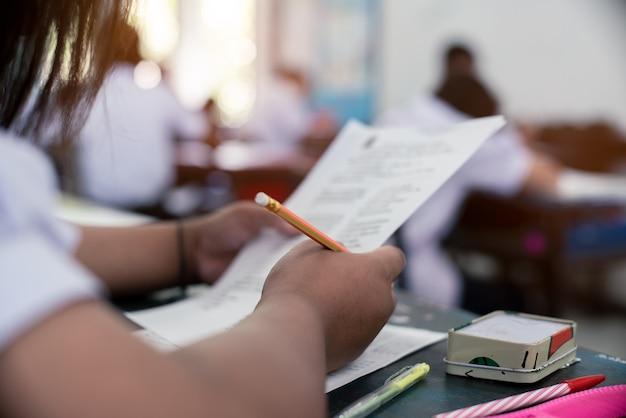 Studente di lettura e scrittura d'esame con stress
