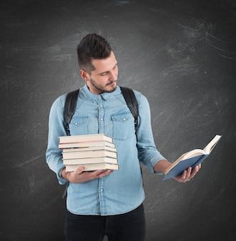 Lo studente legge la lezione di storia per gli esami
