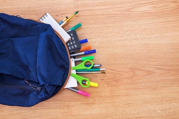 Borsa da scuola per studenti con materiale scolastico assortito.