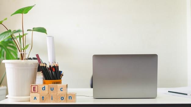 Studente che studia tavolo e posto di lavoro con laptop e notebook a casa durante la pandemia di covid19