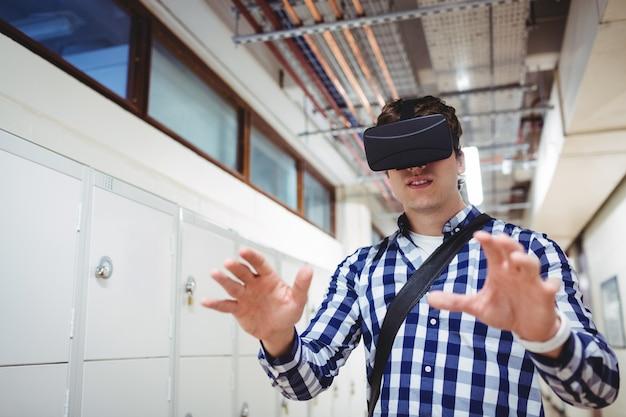 Studente che utilizza le cuffie da realtà virtuale negli spogliatoi