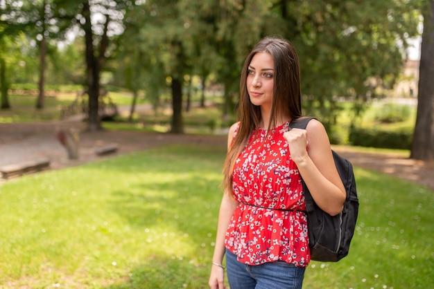 Studente che cammina in un parco in primavera