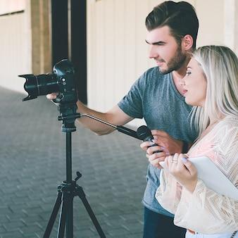 Troupe televisiva giovanile studentesca che filma una notizia. concetto del presentatore della stampa delle telecomunicazioni della trasmissione televisiva del giornalismo