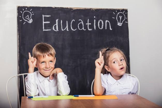 Studenti in classe alla cattedra contro la lavagna