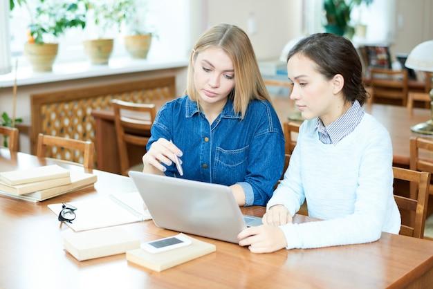 Studenti che discutono di lavoro accademico