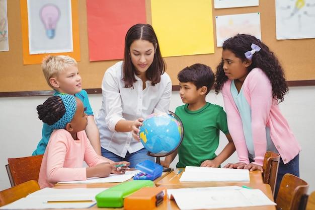 Studenti che ascoltano l'insegnante