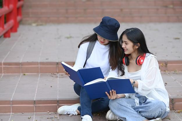 Studenti che leggono un libro nella scuola