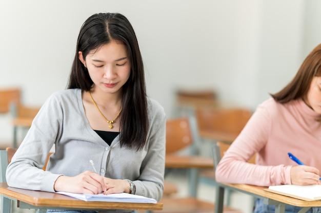 Gli studenti si siedono in classe all'università
