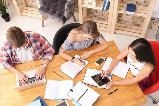 Studenti che studiano a casa