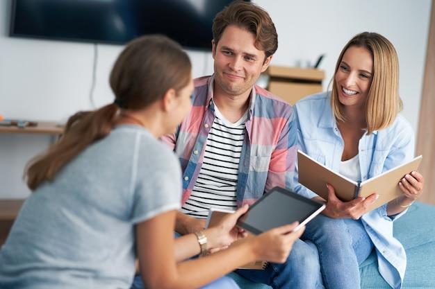 Studenti che studiano insieme nello spazio condiviso del campus