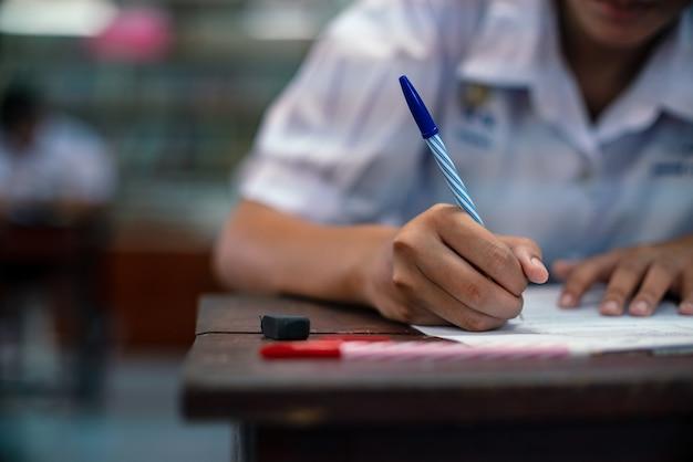 Studenti che prendono esame con stress in aula scolastica
