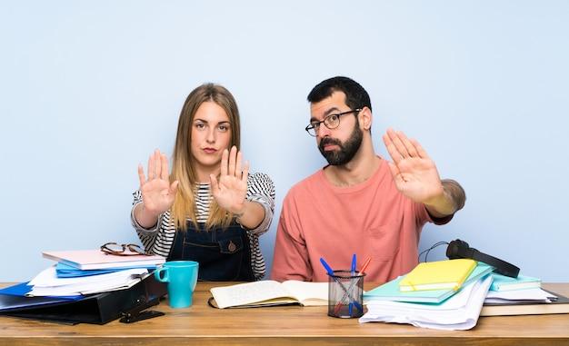 Gli studenti con molti libri fermano il gesto e sono delusi Foto Premium