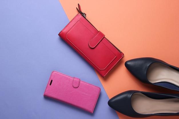 Studio fashion shot highheeled scarpe rosso portafoglio smartphone in custodia in pelle