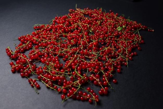Immagine dello studio di ribes rosso sparsi su uno sfondo nero.