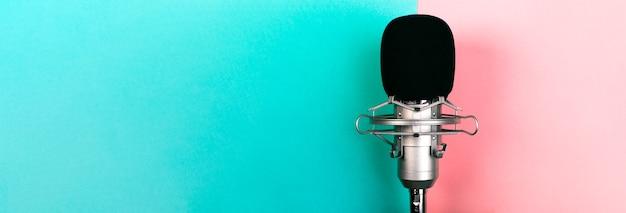 Microfono da studio su uno sfondo colorato