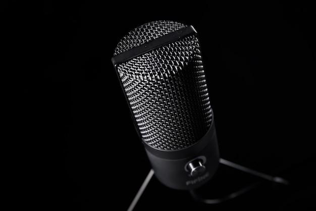 Microfono da studio su sfondo scuro con spazio di copia microfono professionale nero a condensatore