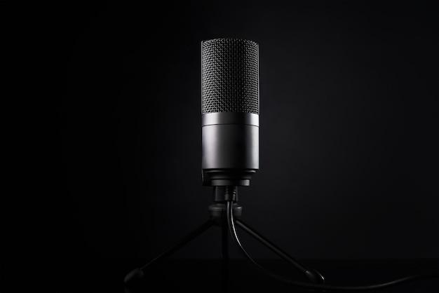 Microfono da studio su sfondo scuro con spazio di copia