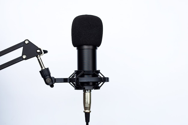 Microfono da studio su superficie bianca