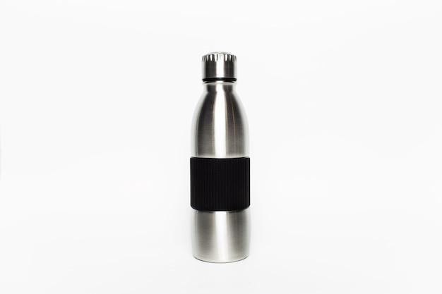 Foto di studio di bottiglia d'acqua termica riutilizzabile in acciaio