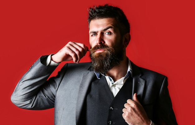 Ritratto in studio di un uomo barbuto hipster. barba e baffi maschili. uomo barbuto elegante bello.