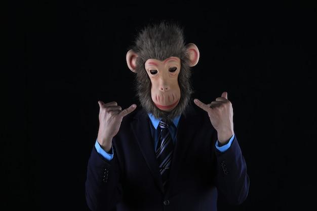 Ritratto in studio di un uomo d'affari che indossa una maschera da scimmia