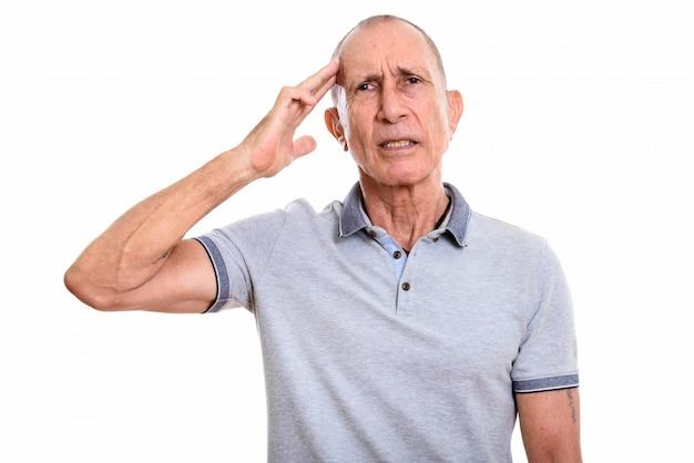 Ritratto dello studio dell'uomo maggiore con i capelli corti isolati contro bianco