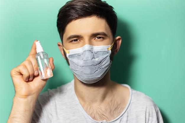 Ritratto in studio di giovane ragazzo che indossa una maschera medica contro il coronavirus