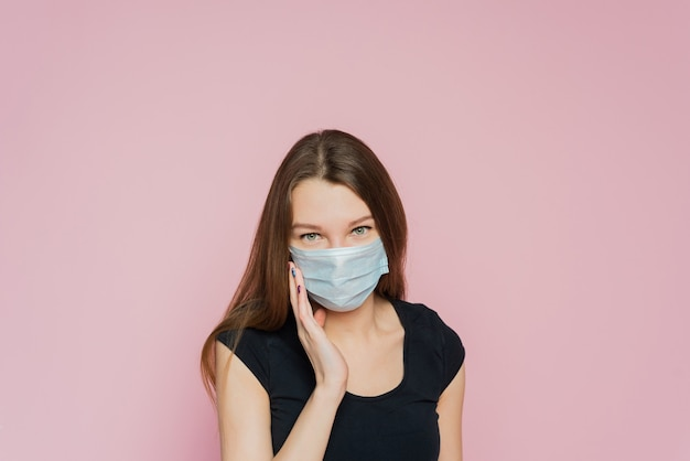 Ritratto in studio di una giovane donna che indossa una maschera per il viso