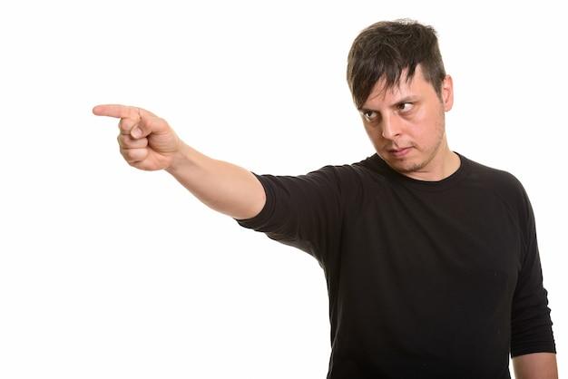 Studio shot di arrabbiato uomo caucasico puntare il dito