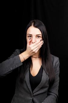 Studio girato su uno sfondo nero di una donna caucasica, non sto dicendo che la posa mostra.