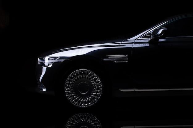 Studio shot di auto nera isolata su sfondo nero