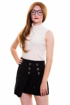 Studio shot di imprenditrice in piedi mentre si indossano occhiali isolati su sfondo bianco