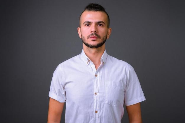 Studio shot di bell'uomo turco su sfondo grigio