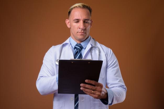 Studio shot di uomo medico che tiene appunti