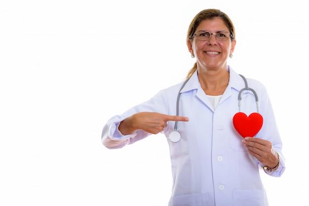 Studio shot di coppia donna felice medico sorridente mentre si tiene un cuore