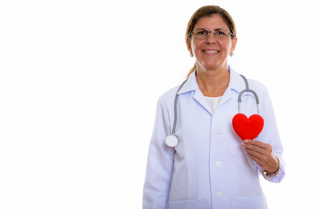 Studio shot di coppia donna felice medico sorridente mentre si tiene il cuore rosso