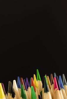 Studio shot delle matite multicolori su sfondo nero, copia spazio foto