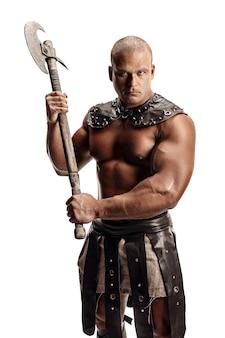Studio shot di muscoloso antico guerriero uomo in posa con l'ascia. isolato su bianco. copia spazio