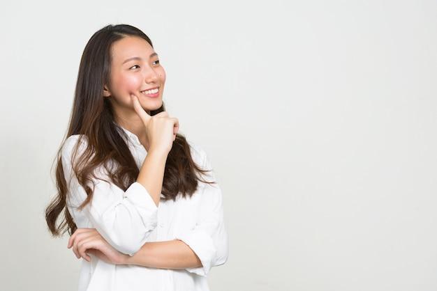 Studio shot di giovane bella imprenditrice coreana su sfondo bianco