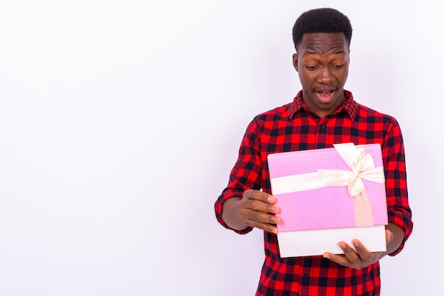 Studio shot di giovane uomo africano bello su sfondo bianco