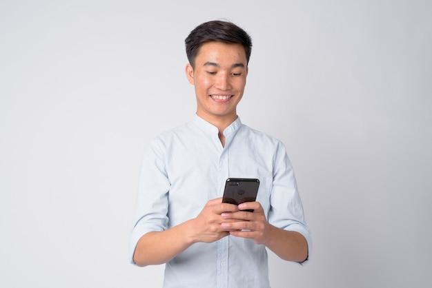 Studio shot di giovane uomo d'affari asiatico handsome su sfondo bianco