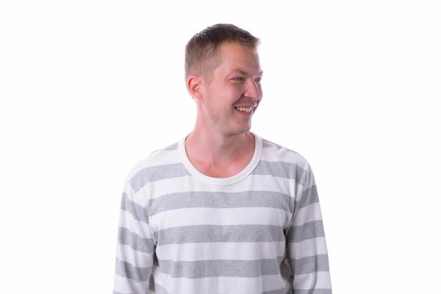 Studio shot di giovane uomo bello con camicia a maniche lunghe isolato su sfondo bianco